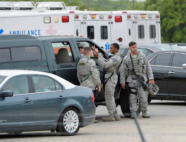 Militares gesticulam dentro da Base Aérea de Lackland, em San Antonio, no Texas, após homicídio seguido de suicídio