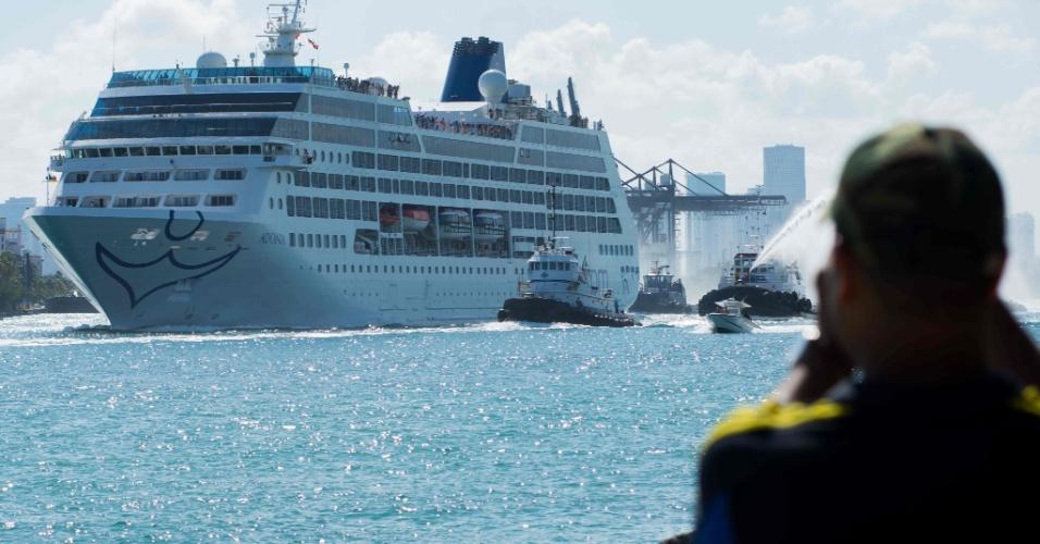 1º.mai.2016 - O navio Adonia deixa a cidade de Miami rumo a Cuba, no primeiro cruzeiro partindo dos EUA rumo à ilha em meio século, em novo passo da reaproximação entre os dois países