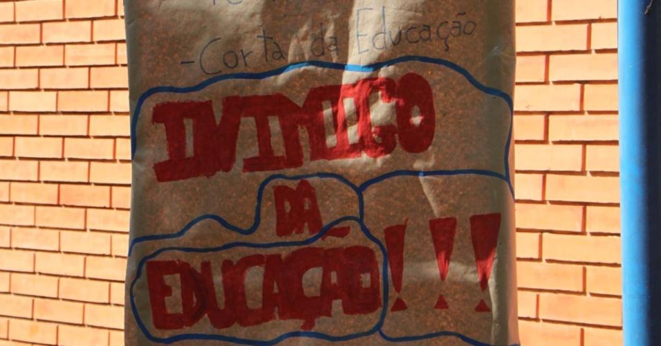 05.mai.2016 - Estudantes ocupam prédio da Faculdade de Educação da Unicamp, em Campinas (SP), na manhã desta quinta-feira (5)
