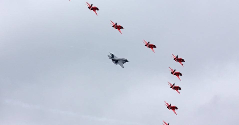Jato Lockheed Martin F-35B participa de demonstração com caças do Red Arrows da Força Aérea Real britânica, durante abertura do Farnborough Airshow, na segunda-feira (11). O evento  de exposição de aeronaves é realizado a cada dois anos, ao sudoeste de Londres (Inglaterra)