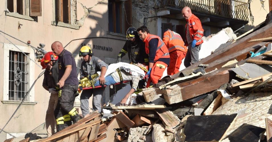 24.ago.2016 - Equipe de resgate retira um homem que ficou soterrado nos escombros de um edifício após o forte terremoto que atingiu a região central da Itália. O incidente deixou dezenas de mortos e feridos