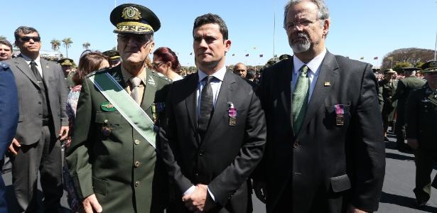 O juiz Sergio Moro é condecorado em Brasília, pelo comandante do Exército, Eduardo Villas Bôas (esq.), com a Medalha do Pacificador. À direita, o ministro da Defesa, Raul Jungmann