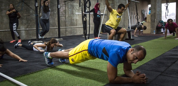 Esportistas em uma academia de CrossFit no Cairo (Egito)