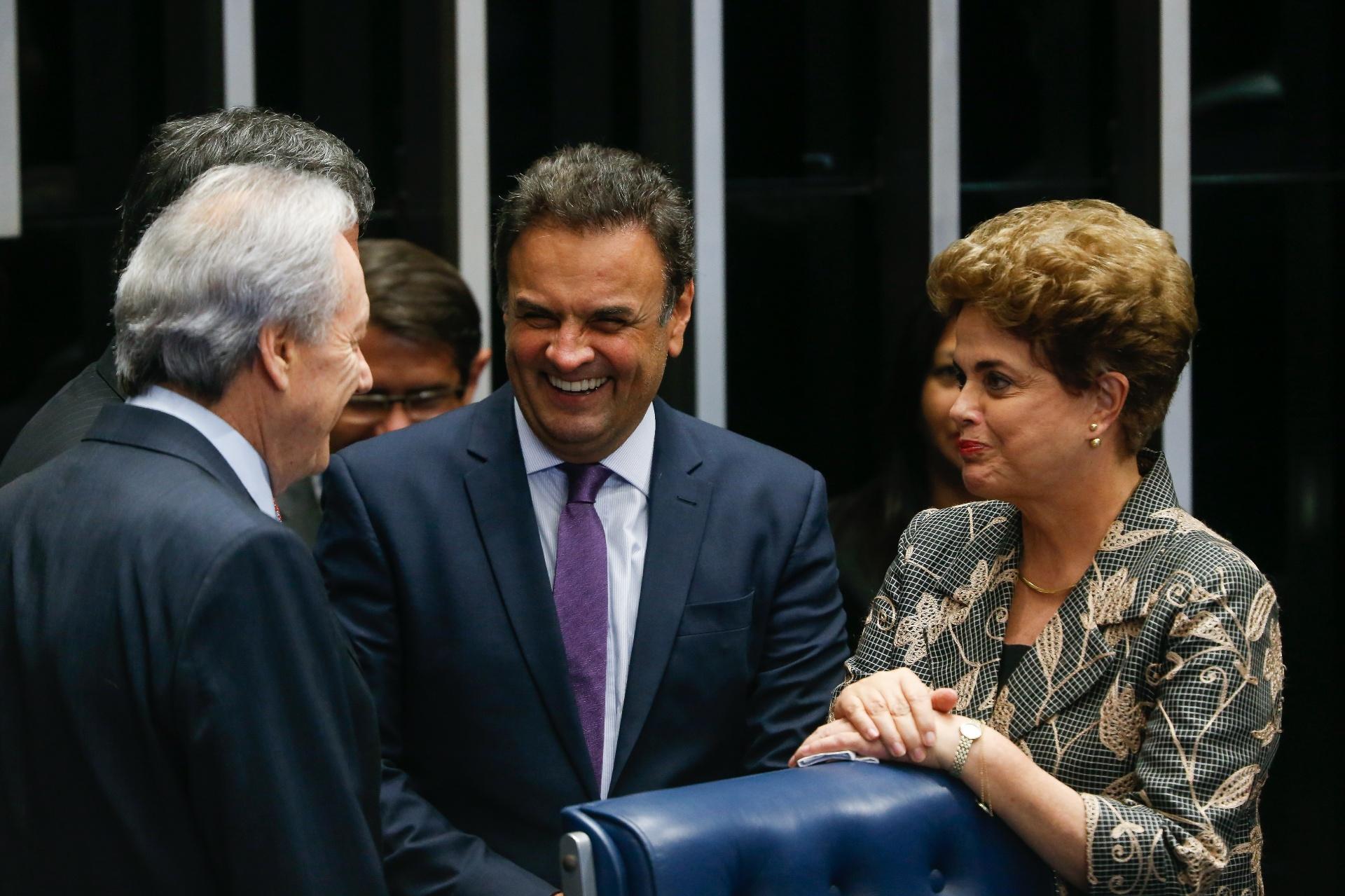 29.ago.2016 - A presidente afastada, Dilma Rousseff, conversa com o presidente do PSDB, o senador Aécio Neves (PSDB-MG), e com o presidente do STF (Supremo Tribunal Federal), Ricardo Lewandowski, durante julgamento final do processo de impeachment de seu governo, no plenário do Senado