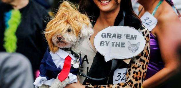 Cachorro vestido de Donald Trump participa de desfile de Halloween em Manhattan (EUA)