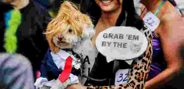 Cachorro vestido de Donald Trump participa de desfile de Halloween em Manhattan (EUA) - Eduardo Munoz/Reuters