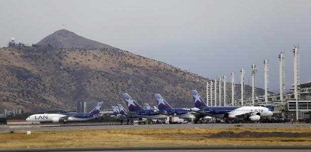 Aviões da Latam no Aeroporto de Santiago do Chile