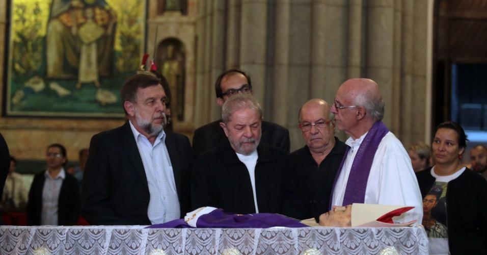 15.dez.2016 - Ao lado do padre Júlio Lancelotti(d), ex-presidente Lula comparece ao velório do cardeal dom Paulo Evaristo Arns na Catedral da Sé