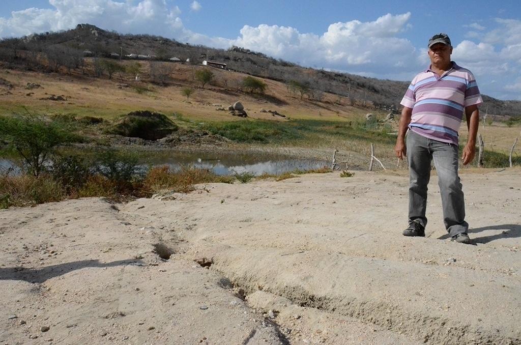19.dez.2016 - A barragem João Inácio, em Alagoinha (PE), foi construída em 1970 e fornecia água para o município, mas agora só resta lama.