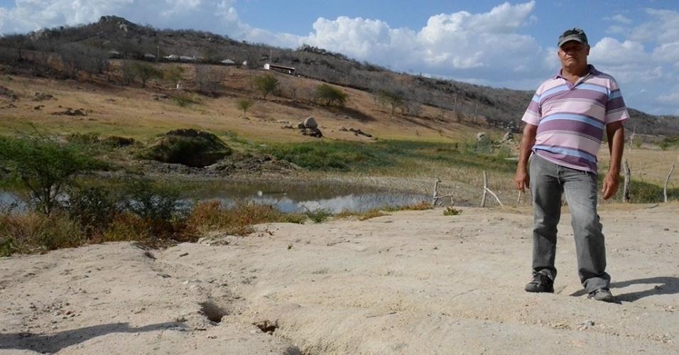 """19.dez.2016 - A barragem João Inácio, em Alagoinha (PE), foi construída em 1970 e fornecia água para o município, mas agora só resta lama. """"Nunca essa barragem secou. Ela tinha 3 km de lâmina d'água e 10 metros de altura. Agora esse restinho nem os animais bebem"""", conta Eronildes Ferreira, presidente do Sindicato dos Trabalhadores Rurais da cidade"""