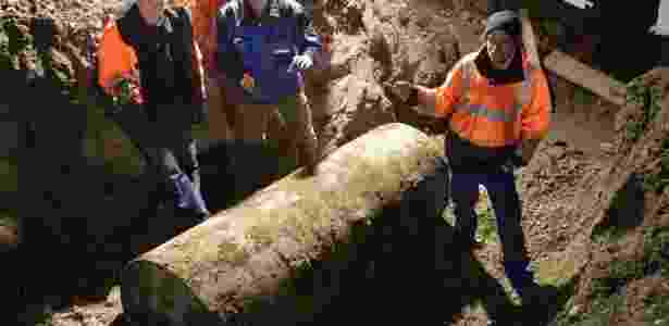 Dois especialistas conseguiram desmontar o artefato de 1,8 tonelada - Stefan Puchner/AFP