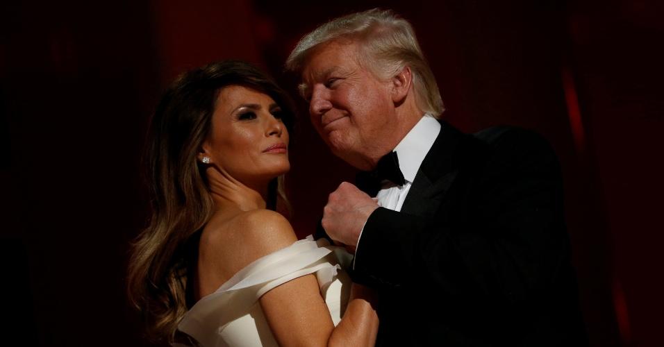 20.jan.2017 - O novo presidente dos EUA, Donald Trump, na primeira dança com sua mulher, Melania Trump