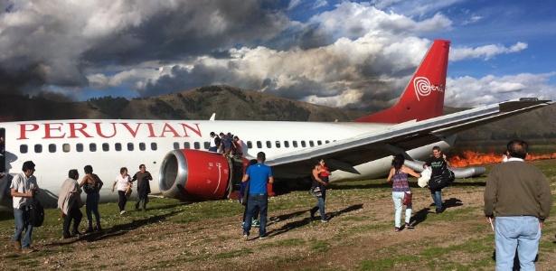Resultado de imagem para Boeing pega fogo durante pouso em aeroporto no Peru