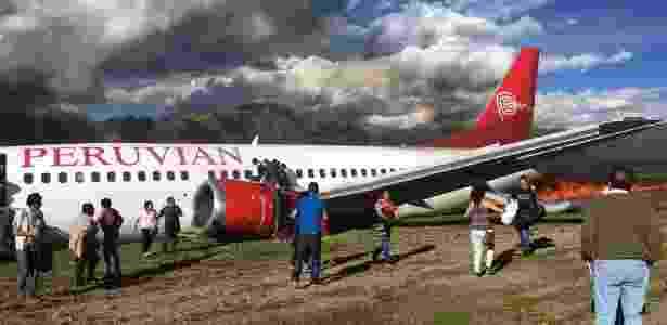 3-29.mar.2017 - Um avião da Peruvian Airlines pegou fogo logo após realizar um pouco de emergência nesta terça-feira (28), no aeroporto de Jauja, na zona central do Peru. Seus 141 passageiros não tiveram ferimentos, informaram as autoridades. - Xinhua/Carlos Fernandez - Xinhua/Carlos Fernandez