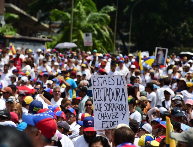 Vestidos de branco, manifestantes protestaram neste sábado em Caracas - Ronaldo Schemidt/AFP