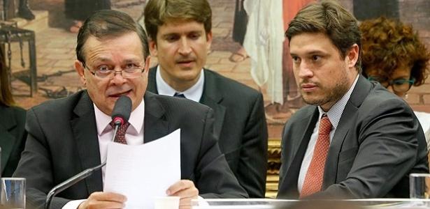 O advogado Renato Oliveira Ramos (de gravata laranja), ao lado do relator do impeachment na Câmara, Jovair Arantes (PTB-GO)