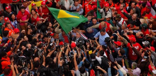 Com bandeira do Brasil, Lula é saudado por manifestantes ao chegar para depor a Moro
