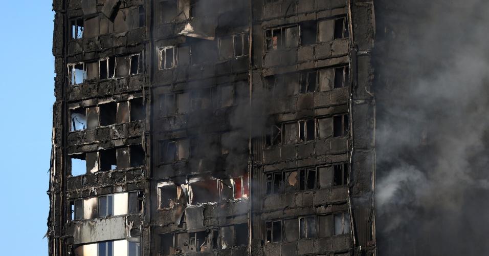 14.jun.2017 - Fachada do prédio londrino já quase que totalmente destruído pelo fogo