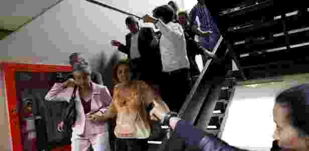5.jul.2017 - Pessoas deixam a Assembleia Nacional ao fim do cerco imposto por simpatizantes governistas, em Caracas - Andres Martinez Casares/Reuters - Andres Martinez Casares/Reuters