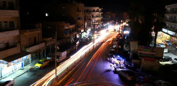 24.jun.2017 - Carros trafegam nas ruas de Idlib, na Síria