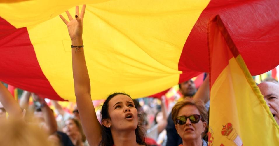 30.set.2017 - Manifestantes saíram às ruas de Madrid para protestar contra a realização de um referendo sobre a independência da Catalunha
