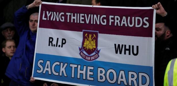 Esses torcedores do West Ham protestaram no estádio, mas outros acabaram ligando para o serviço de emergência para reclamar da equipe - ANDREW COULDRIDGE/REUTERS