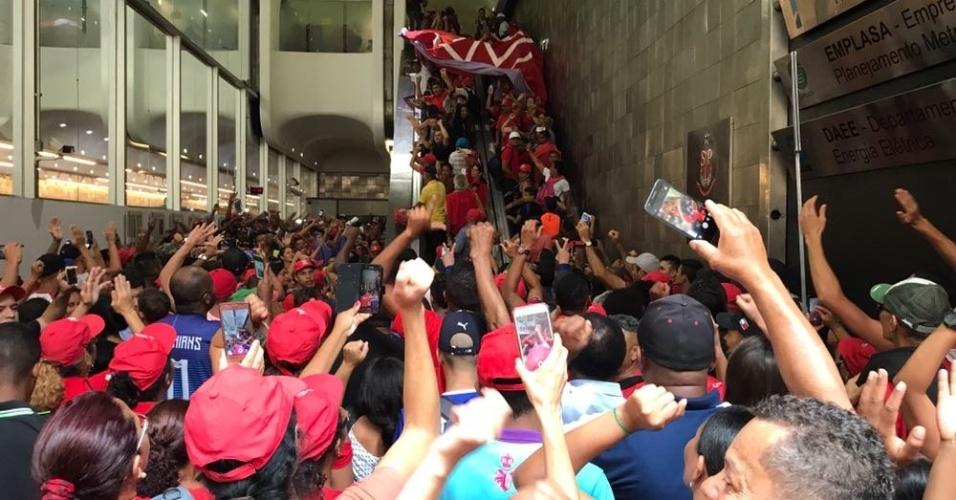 6.dez.2017 - Integrantes do MTST (Movimento dos Trabalhadores Sem Teto) ocupam a sede da Secretaria de Habitação do Estado de São Paulo