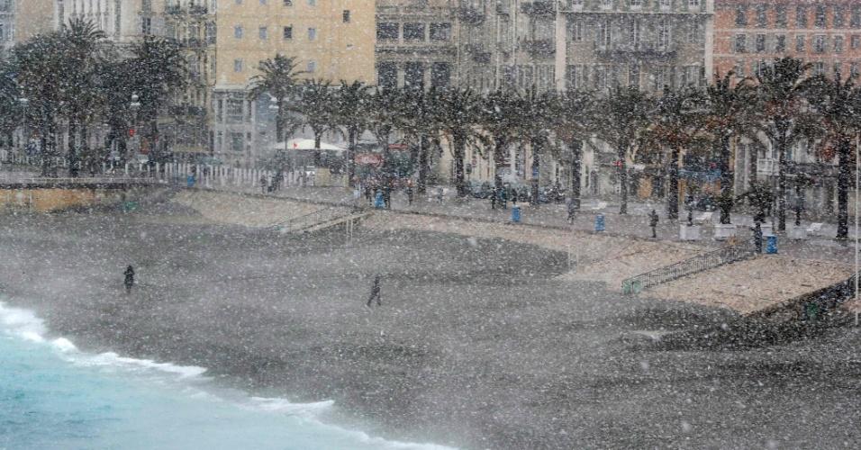 26.fev.2018 - Pessoas caminham sob neve intensa na Avenida Promenade des Anglais em Nice, no sul da França