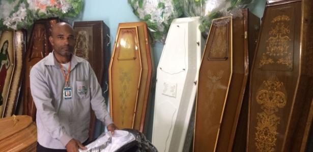 Renilson Lobato, que é agente funerário há sete anos, tenta provar que está vivo desde 9 de fevereiro