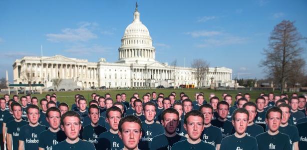 10.abr.2018 - Mil recortes de papelão de Mark Zuckerberg estão do lado de fora do Capitólio dos EUA em Washington (EUA). O grupo Avaaz chama atenção para o que diz ser centenas de milhões de contas falsas que ainda espalham desinformação no Facebook - Saul Loeb/AFP