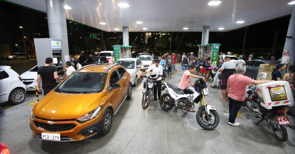 23.mai.2018 - Com a greve dos caminhoneiros, motoristas formam fila para tentar abastecer em posto de combustível no Recife