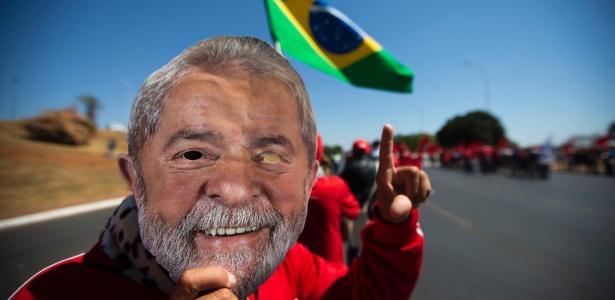 Manifestante usa máscara com rosto de Lula em protesto em Brasília na terça (14)