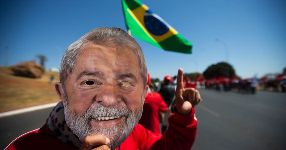 No último dia do prazo | PT transforma registro de Lula em ato político