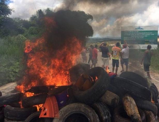 Brasileiros protestam queimando pneus em Paracaima (RR), na fronteira com a Venezuela
