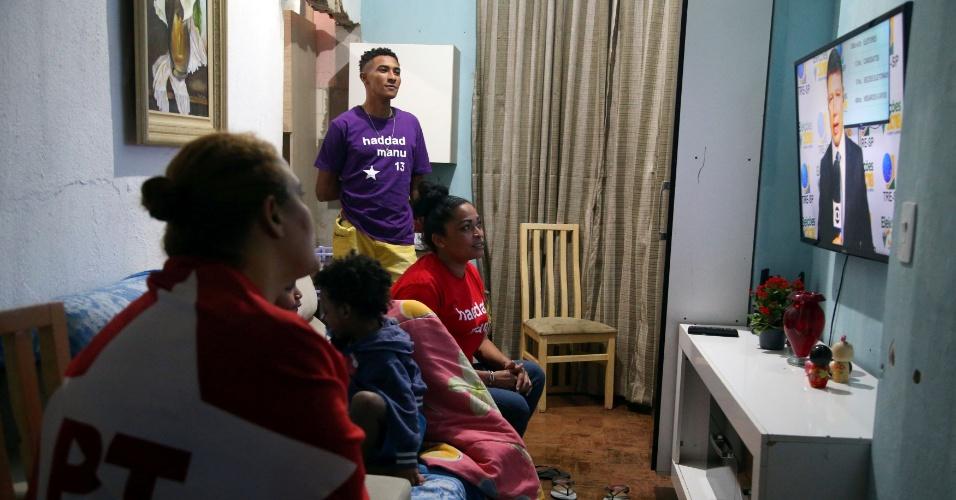 Apoiadores de Fernando Haddad, candidato presidencial do PT, membros do Movimento dos Sem-Teto do Brasil acompanham a apuração dos votos através da televisão