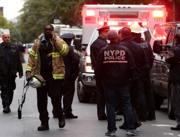 Polícia responde a um alerta de pacote suspeito no bairro de Manhattan, em Nova York - MIKE SEGAR/REUTERS