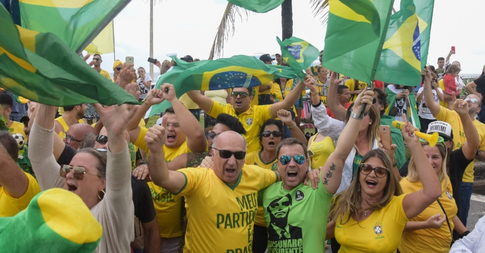 28.out.2018 - Movimentação de eleitores fazendo festa em frente a entrada do condomínio onde mora o candidato Jair Bolsonaro (PSL), na Barra da Tijuca, zona oeste do Rio de Janeiro