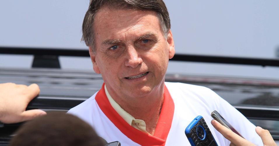 25.nov.2018 - O presidente eleito Jair Bolsonaro concede entrevista ao sair da Escola de Educação Física do Exército, na Urca, zona sul do Rio de Janeiro
