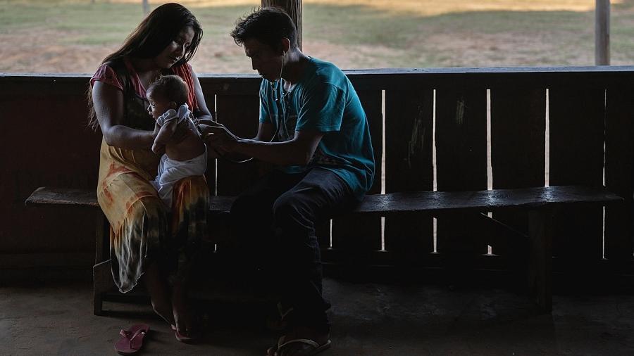 O agente indígena de saúde Wyrasingi Kaiabi atende recém-nascido no improvisado posto de saúde da aldeia Sobradinho - Avener Prado/Repórter Brasil