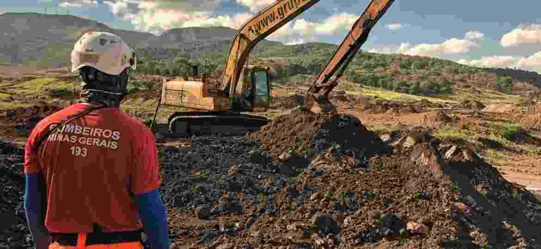 Bombeiro trabalho na busca em área atingida pelo vazamento da barragem da Vale em Brumadinho - Divulgação/CBMMG