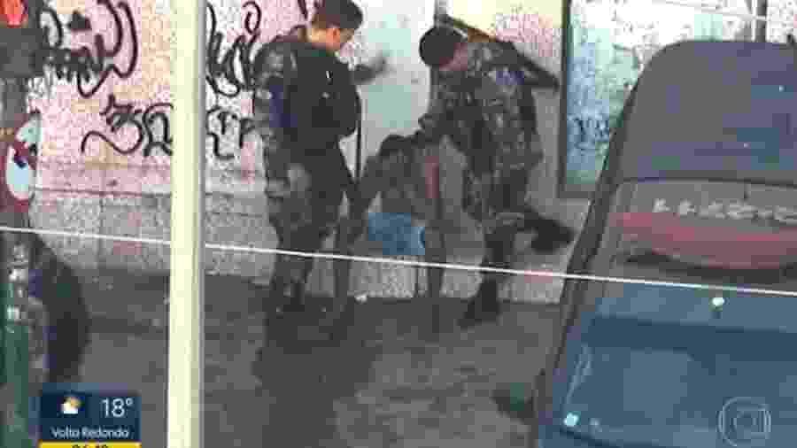 PM atinge soco na cabeça de suspeito durante operação no Rio de Janeiro  - Reprodução
