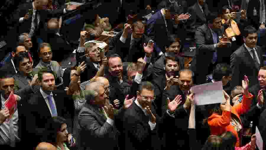 Parlamentares comemoram o impeachment de Dilma Rousseff no Senado - Alan Marques/Folhapress