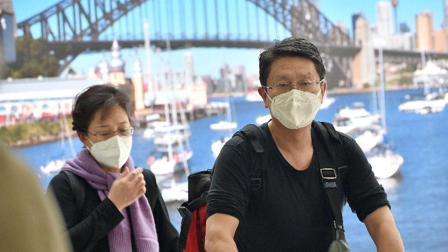 Em fotografia de 2020, passageiros vindos da China desembarcam no aeroporto de Sidney, na Austrália - Peter Parks/AFP