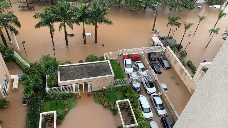 Entrada do condomínio Upper Living, na avenida Mofarrej, fica alagada após chuvas em São Paulo - Reprodução/WhatsApp