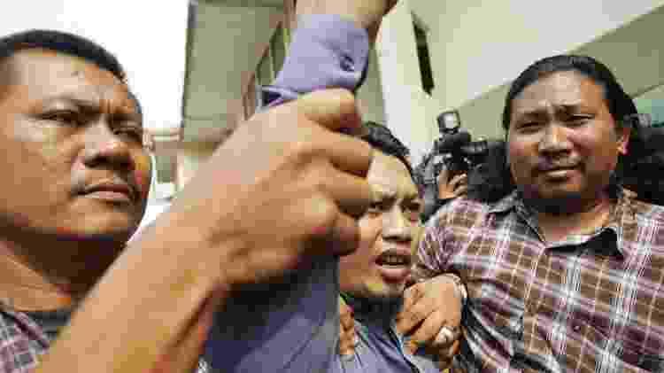 Hassan deixou o tribunal com o punho erguido, olhando furiosamente para as câmeras - Getty Images