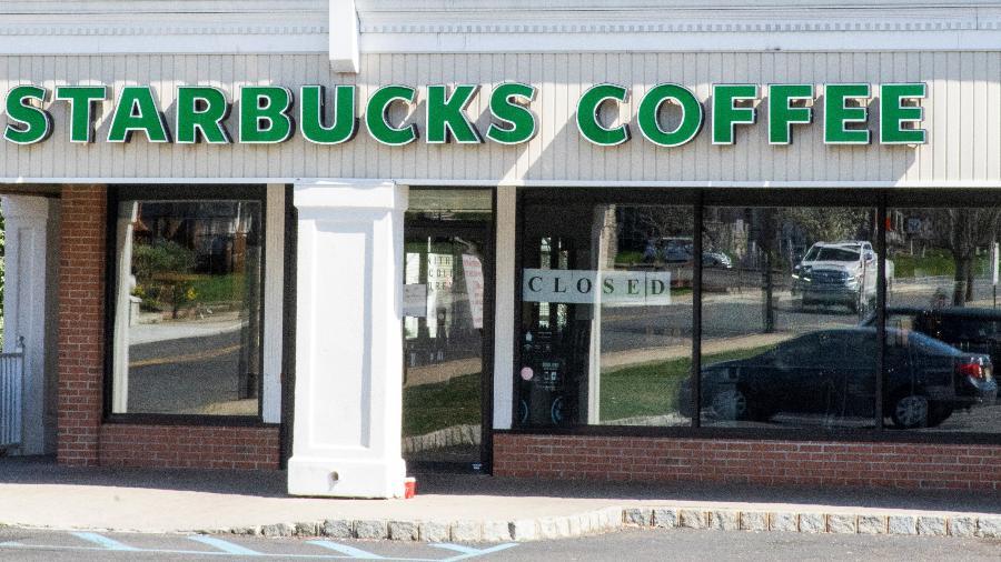 Loja da Starbucks em Matawan, Nova Jersey (EUA), fechada por causa da pandemia de coronavírus - EDUARDO MUNOZ