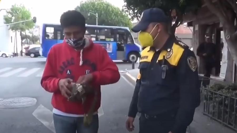 O policial Norberto Sánchez Hernández devolveu uma mochila com 30 mil pesos ( R$ 8 mil) ao dono - Reprodução/Youtube