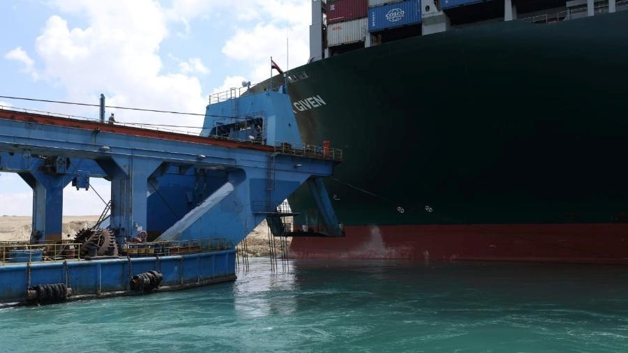 26.mar.2021 - Embarcação tenta remover sem sucesso o navio encalhado no Canal de Suez  - Suez Canal Authority/Reuters