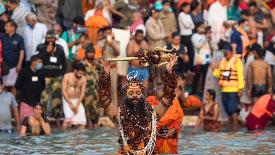 12.abr.2021 - Sadú se banha no rio Ganges durante o festival religioso Kumbh Mela em Haridwar, na Índia - Xavier Galiana/AFP