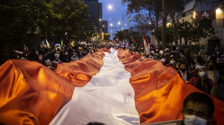 Apoiadores do candidato de esquerda Pedro Castillo fazem passeata em Lima, no Peru - Ernesto Benavides/AFP